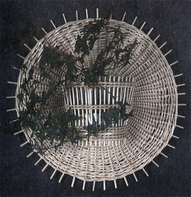 Кашпо настенное для вьющихся и ампельных растений на фоне круга. Работа В. В. Логинова